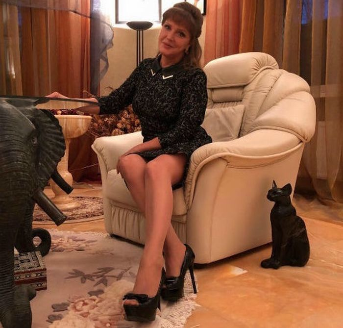 «Молодые пусть завидуют»: 67-летняя Проклова показала стройную фигуру в облегающем костюме