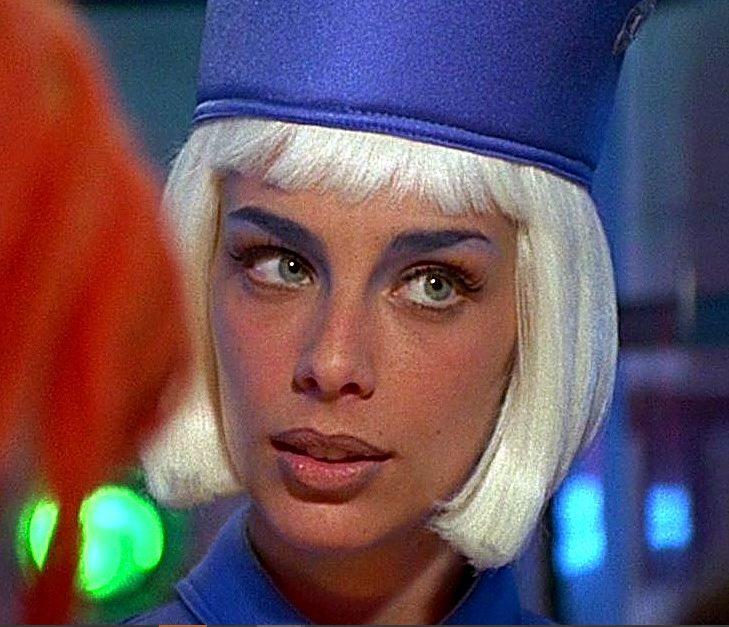 Красотка-стюардесса из «Пятого элемента» София Гот. И вот как она выглядит сейчас