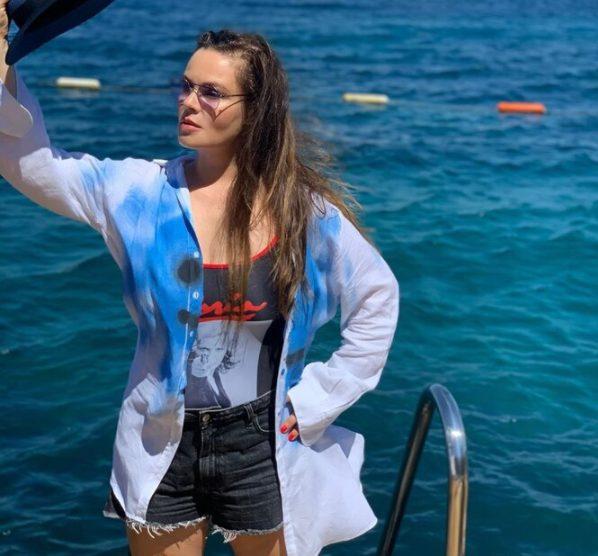 """Ножки великолепные!»: Екатерина Андреева в мини-шортах соблазнила мужа на яхте"