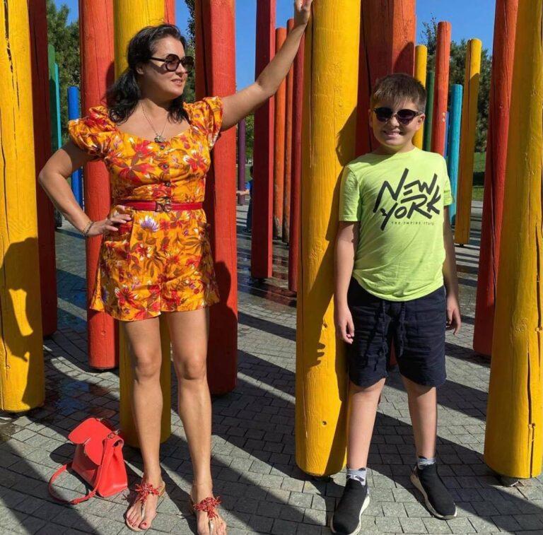"""""""Идеальные ножки"""": 49-летняя Нетребко похвасталась похудевшей фигурой в ярком образе"""