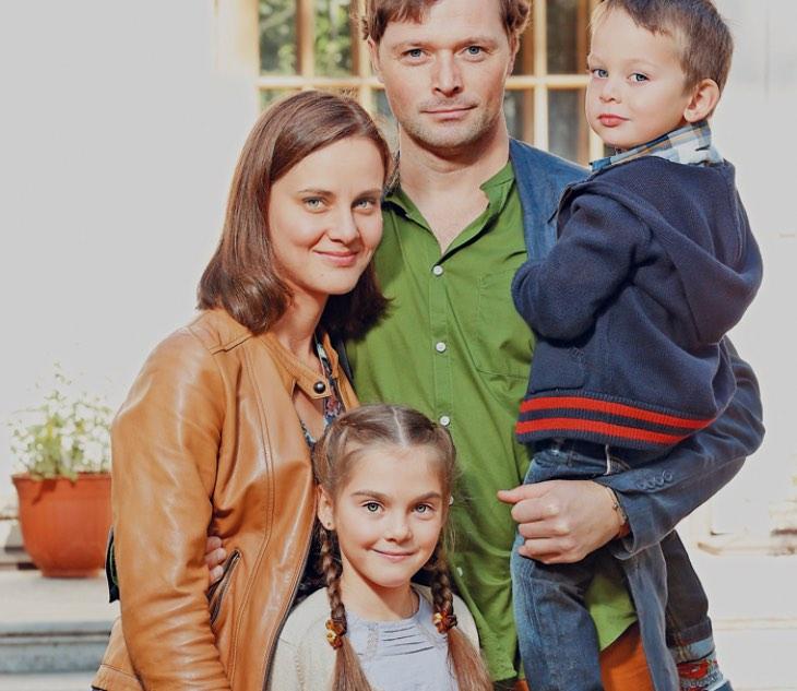 «Из провинции в звезду экрана»: Илья Носков: преданный супруг и многодетный папа