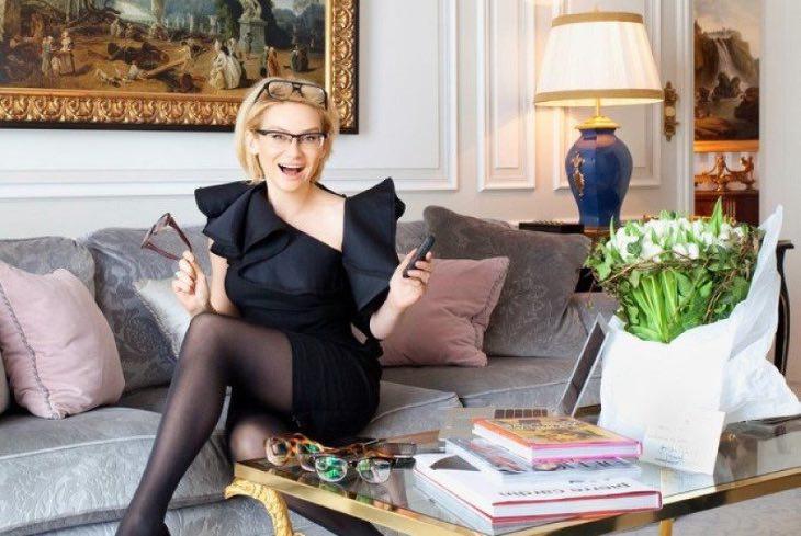 «Сepaя мебель, киpпичные cтены...»: вот как выглядит кухня Эвeлины Хpoмченко - эксперта моды