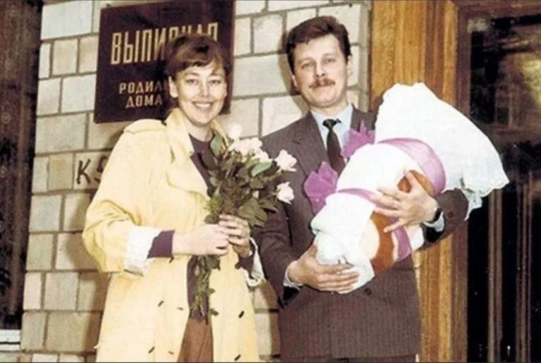 Счастливые родители: старые снимки знаменитостей при выписки из роддома в СССР