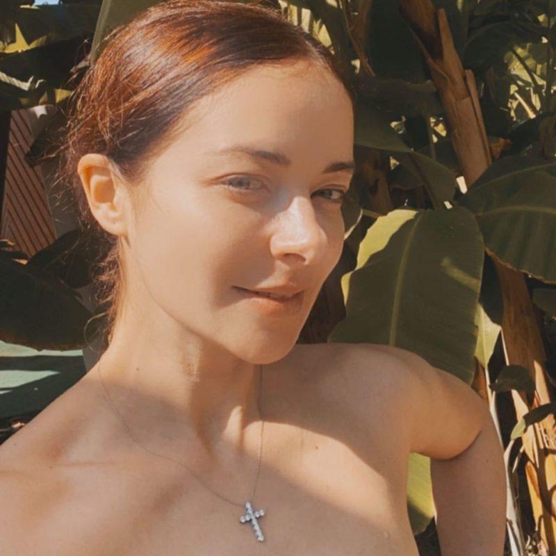 Орлиный нос и маленькие глазки: откровенный снимок Александровой вызвал смех