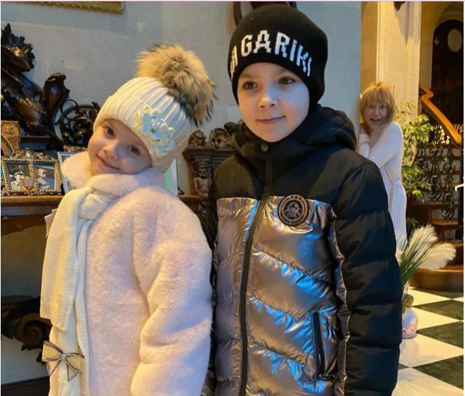 «Я с трудом ее поднял!»: Галкин помог 7-летней дочери Лизе нарядить ёлку