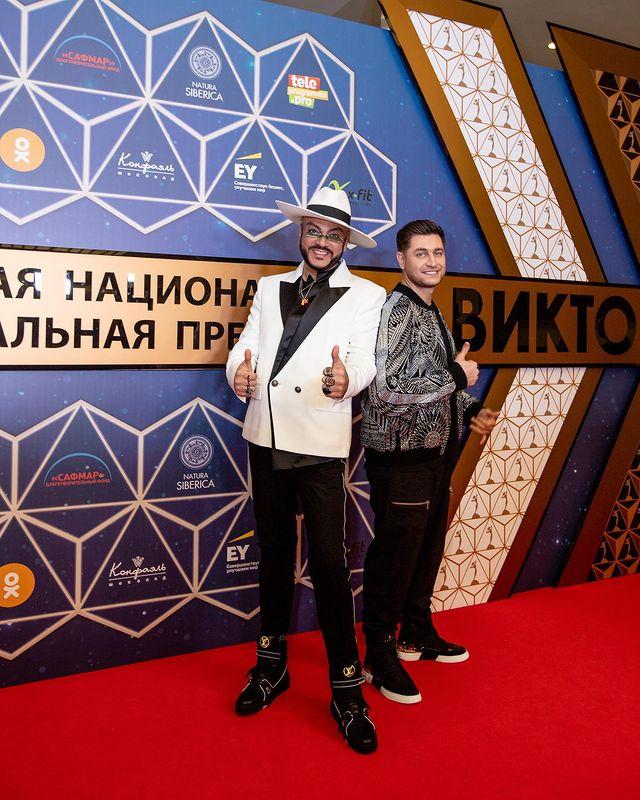 Фанаты раскритиковали Филиппа Киркорова из-за его выхода в свет в длинной юбке