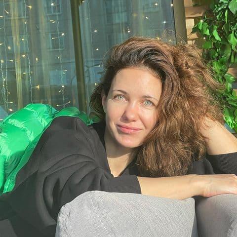 «Выглядит на 20 без макияжа»: новые снимки 43-летней Екатерины Климовой сильно удивили подписчиков