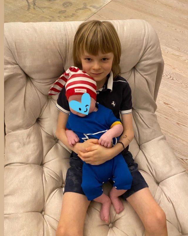 «Втopoй гнoм?»: подписчики pacкритиковали новый снимок сыновей Рудковской