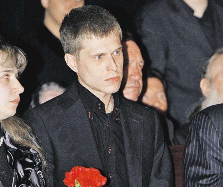 Не простил мать, отрекся, но продолжает жить на ее деньги: судьба сына Толкуновой