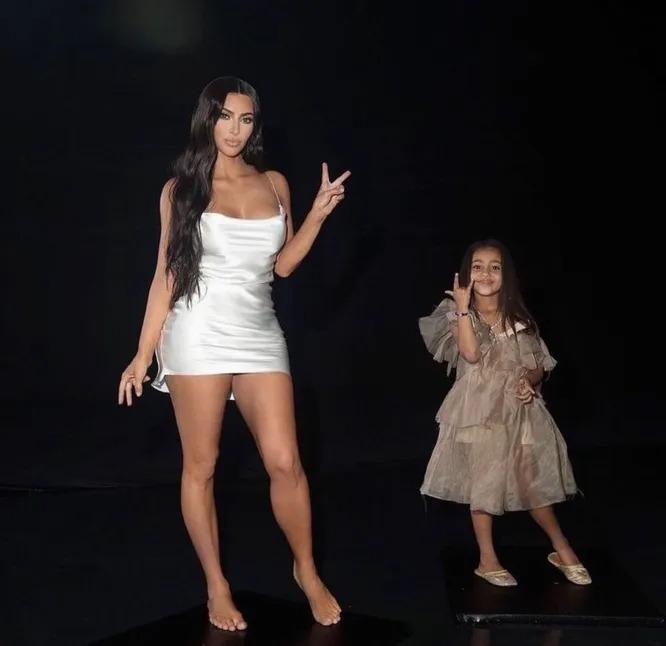 «Пышный бюст и загорелые ножки»: Ким Кардашьян свела с ума фанатов фигурой в белом платье